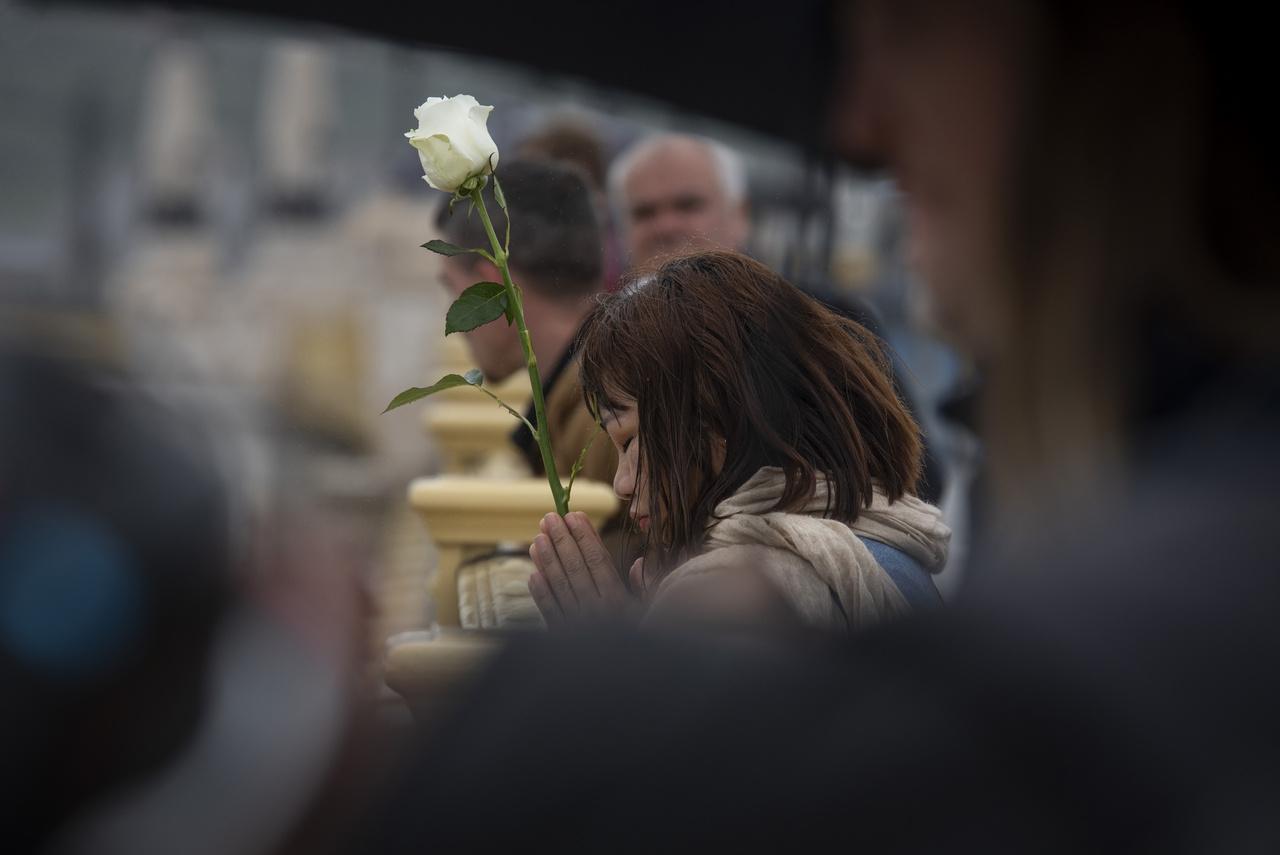 Egy koreai nő egy szál fehér rózsával fejezi ki részvétét a Hableány turistahajót ért baleset helyszínénél, a Margit hídon. Dombóvári Tamás ezzel a képével nyert 1. helyezést.