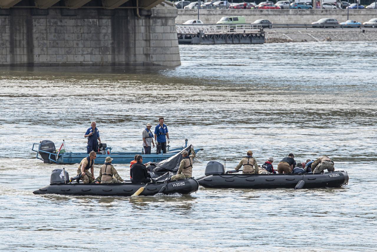 A hajóroncs átkutatása után a búvárok holttesteket hoznak a felszínre