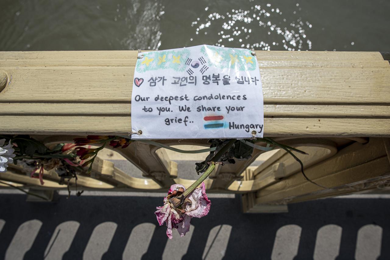 A részvétnyilvánítások mind a mai napig emlékeztetnek a közel másfél évvel  ezelőtti tragédiára