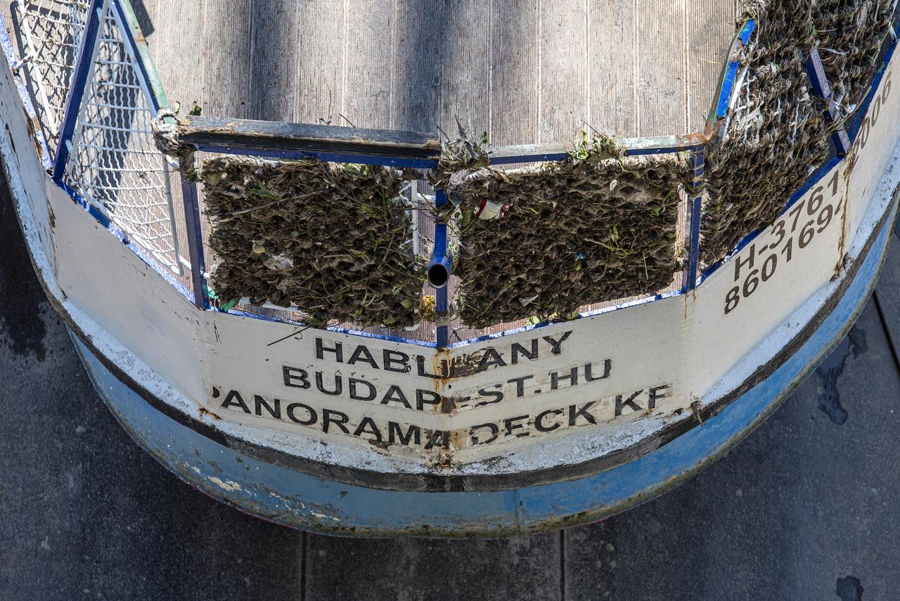 A Duna erős sodrása miatt rengeteg hordalék rakódott le a hajón, amíg a roncs víz alatt feküdt.