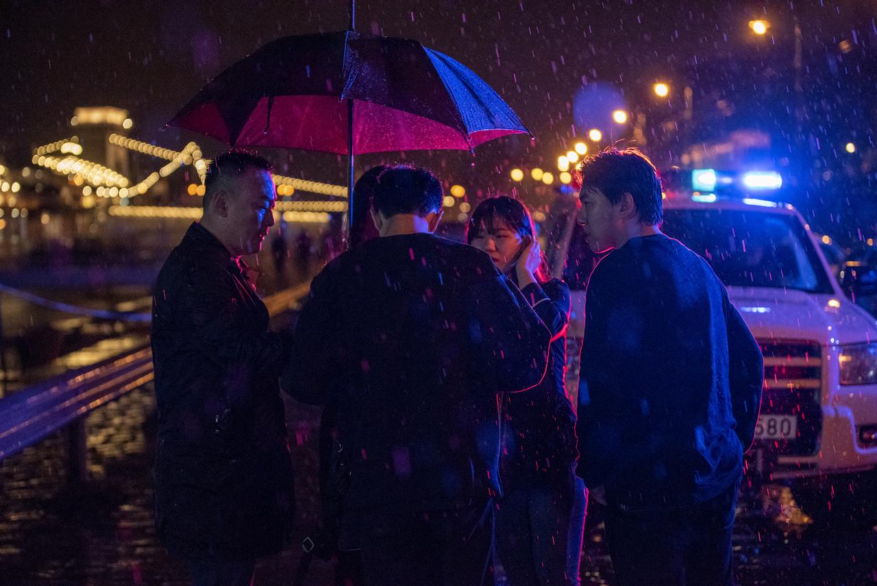 2019. május 29-én a Hableány turistahajó balesetének éjszakáján dél-koreai hozzátartozók a szakadó esőben várják az áldozatokról a híreket a pesti rakparton
