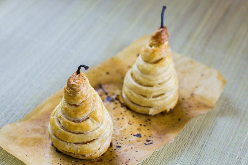 Körte leveles tésztában sütve: fűszeres szirupban párolódik puhára a gyümölcs