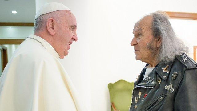 85 éves, rocker és pap