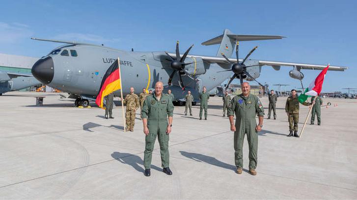 A német és a magyar légügyi főszemlélő Ingo Gerhartz altábornagy és Killián Nándor vezérőrnagy együtt indítja el a Nemzetközi Légi Szállító Alakulat működését a németországi Wunstorf repülőterén