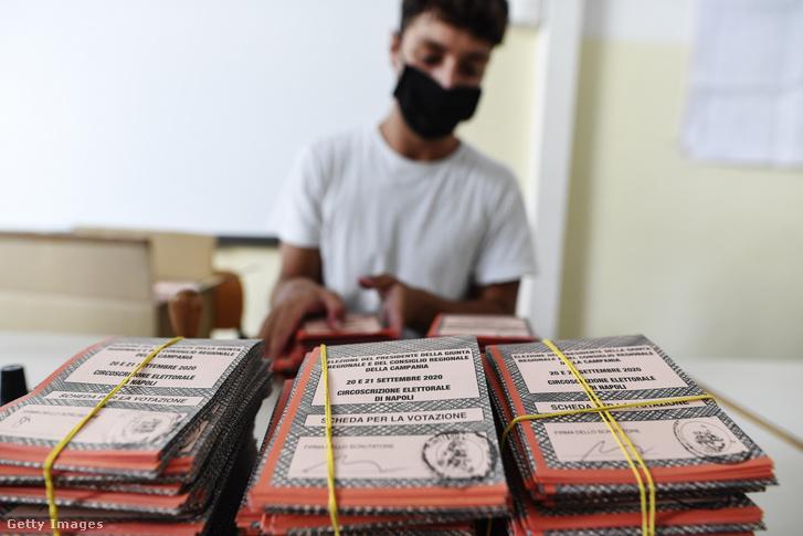 A szavazólapokat készíti elő egy hivatali dolgozó Nápolybn 2020. szeptember 19-én