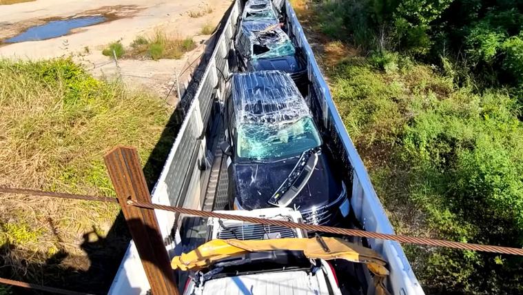 Túl alacsony volt a vasúti híd, a szállított autókkal együtt nyúzta meg a vagonokat