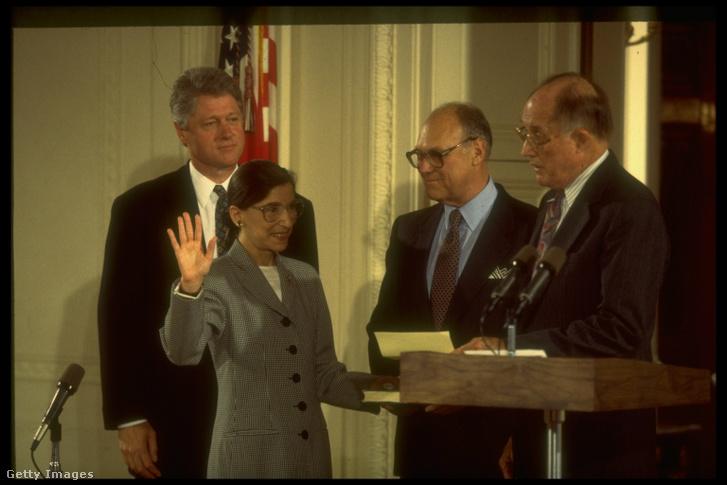 William Rehnquist legfelsőbb bírósági elnök előtt tesz esküt az új bíró, Ruth Bader Ginsburg 1993. augusztus 10-én, miközben férje, Martin és Bill Clinton figyelik