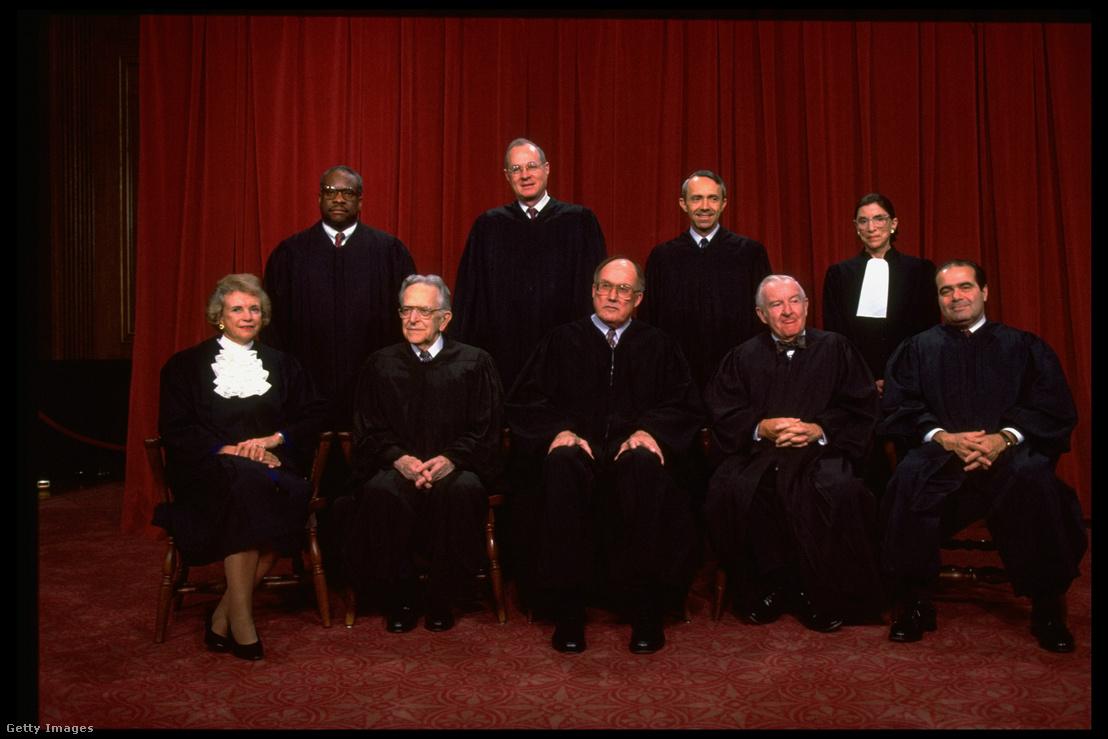 A legfelsőbb bíróság tagjai 1993-ban. Jobbról balra: Scalia, Ginsburg, Stevens, Souter, Chief Rehnquist, Kennedy, Blackmun, Thomas & O'Connor