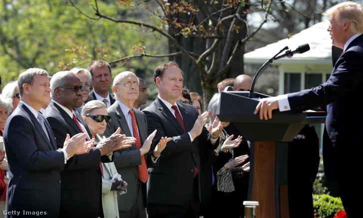 John Roberts, az Egyesült Államok Legfelsőbb Bíróságának elnöke és társbírói, Clarence Thomas, Ruth Bader Ginsburg, Stephen Breyer és Samuel Alito tapsol Donald Trumpnak Neil Gorsuch bíró ünnepi bírósági esküjén a Fehér Ház Rózsakertjében 2017. április 10-én