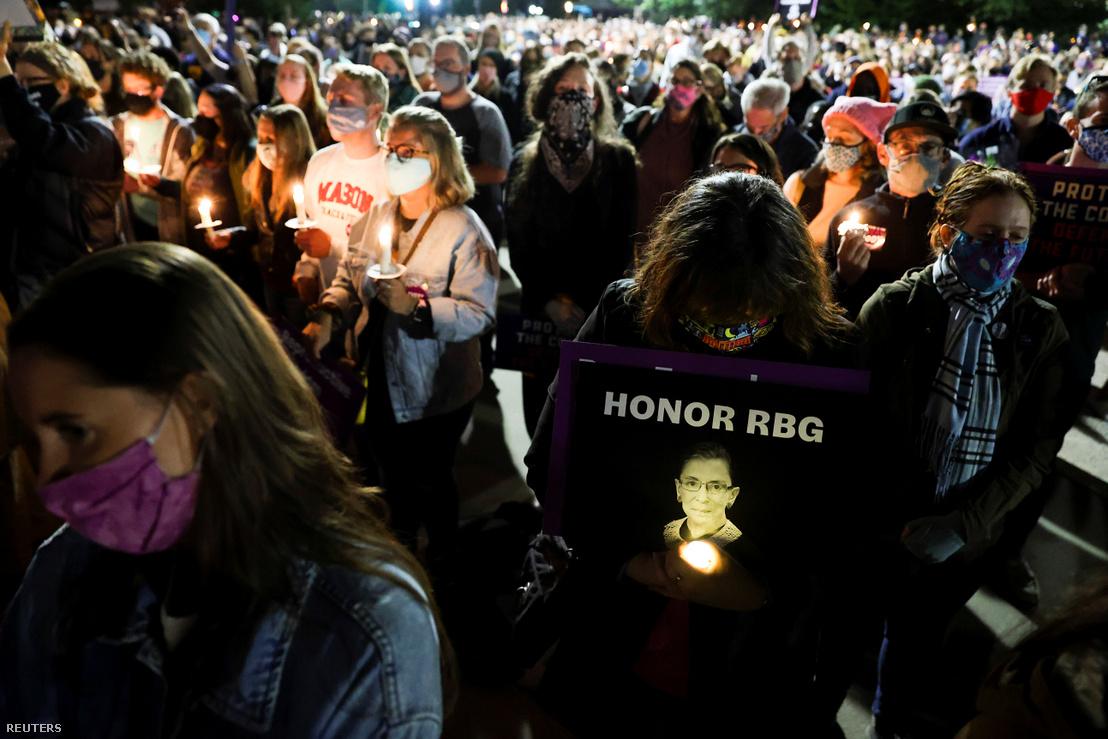 Ruth Bader Ginsburg-gyászolók Washingtonban 2020. szeptember 19-én