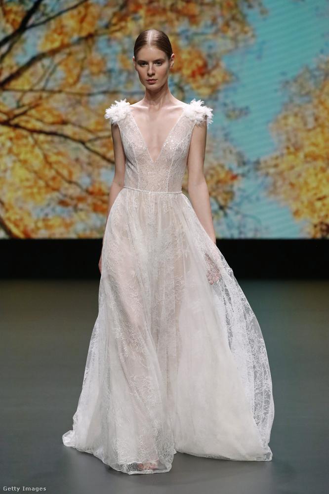 De persze kétség sem férhet hozzá, hogy gyönyörű ruha ez, csak kicsit többet mutat a viselőjéből, mint amennyi egy esküvőn (vagy akár bármely más nyilvános helyen) a többségnek belefér.