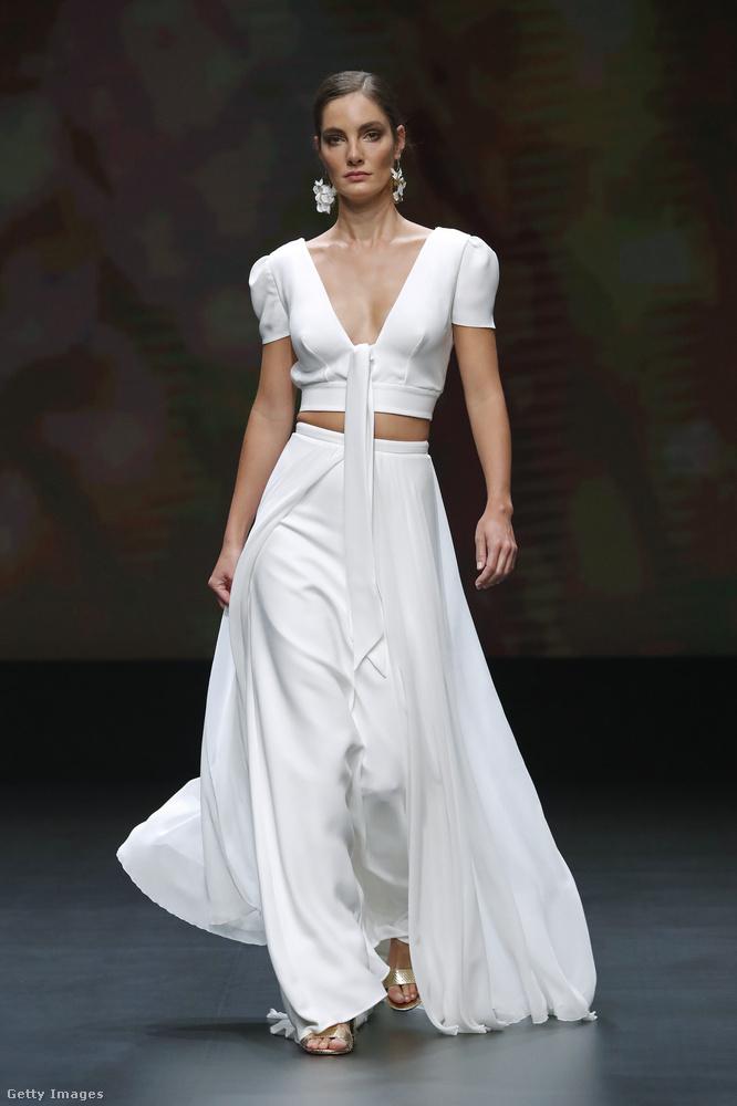Még egy ruha, ami akár így fehérben is hordható akárhova, ráadásul a felsőt és a szoknyát külön kombinálni is lehet mással