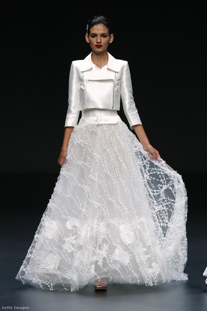 De a némileg férfias szabású esküvői blézerek más modelleken is feltűntek.
