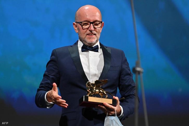 Davide Romani, a Disney olaszországi irodájának marketing igazgatója beszél, miután Chloe Zhao amerikai rendező nevében átvette a legjobb alkotásnak járó Arany Oroszlán-díjat a 77. Velencei Nemzetközi Filmfesztivál díjkiosztóján 2020. szeptember 12-én
