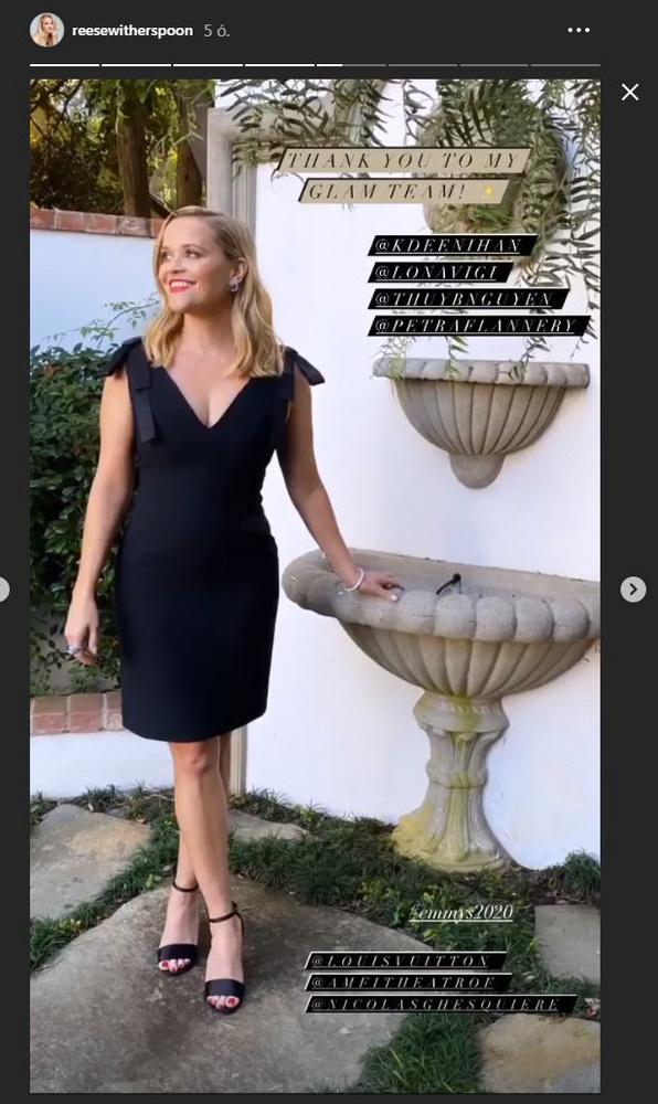 Reese Witherspoon egyszerű feketét húzott, ami egyszerre lehetett kényelmes (mégiscsak otthon volt) és keltett elegáns benyomást (mégiscsak egy díjátadóról van szó!).