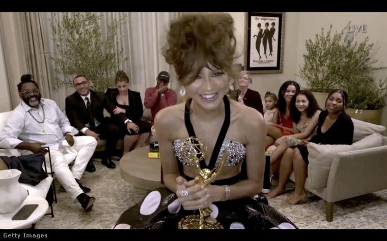 Ebben a szupercsillogó tetejű estélyiben vette át az Emmyjét, amit az Eufória női főszereplőjeként kapott