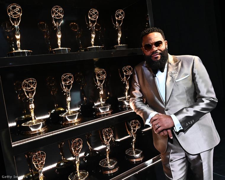 Anthony Anderson gyújtó hatású beszédet tartott arról, mekkora ünnepe lett volna ez az Emmy a fekete közösségnek, hiszen rengeteg fekete színészt jelöltek, ehhez képest be se lehetett jönni a buliba a koronavírusjárvány miatt