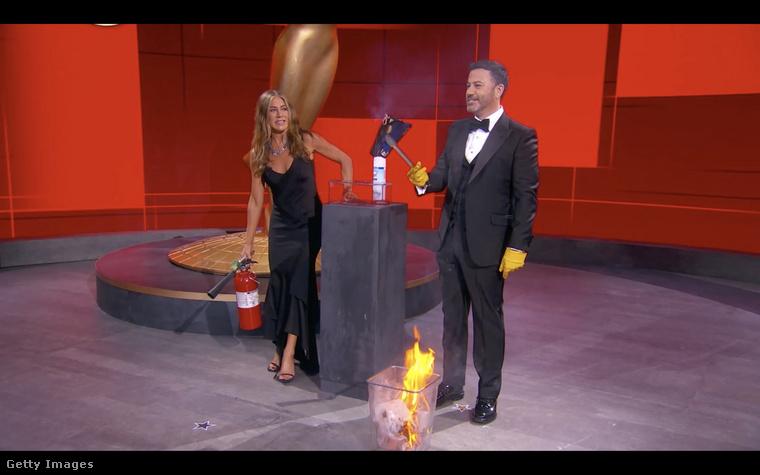 Jimmy Kimmelhez itt Jennifer Aniston ugrott be vicceskedni, a jelenet lényege az volt, hogy Kimmel tűzzel szeretett volna fertőtleníteni egy nyertesneves borítékot.