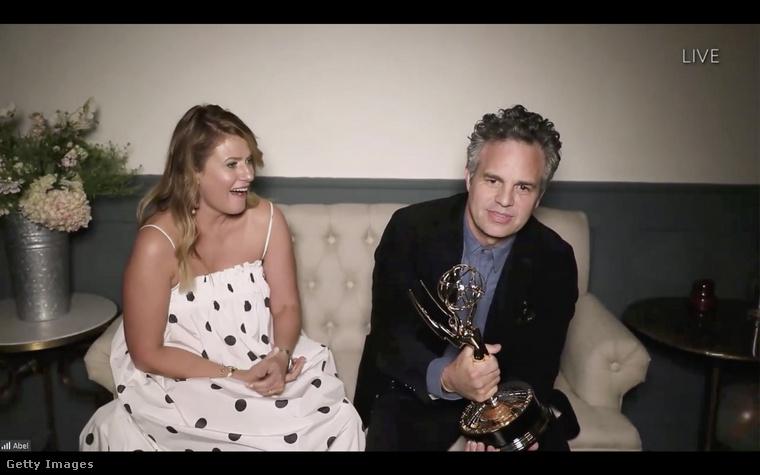 Mark Ruffalo az Ez minden, amit tudok főszerepéért kapott díjat, mellette a felesége látható, aki sokak figyelmét megragadta azzal,