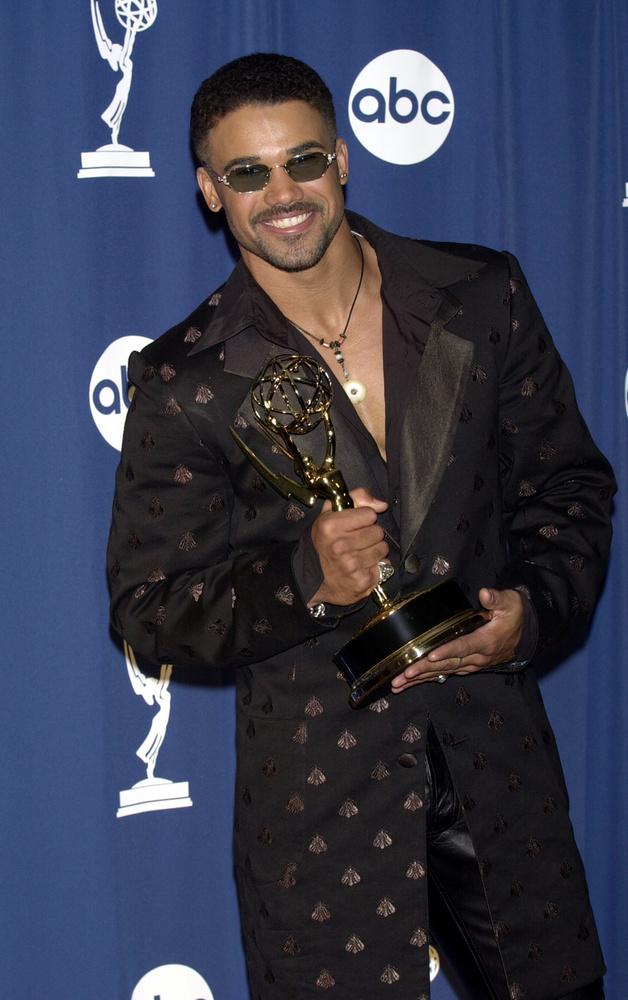 Ha már ez elé a kék sajtófal elé keveredtünk, megmutatjuk, ahogy Shemar Moore a legjobb férfi mellékszereplő drámasorozatban kategóriában kivívott szobrocskáját markolássza, amit a Nyughatatlan fiatalok c