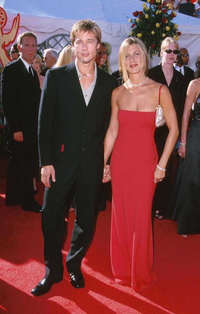 Persze, hogy nem hagyhattuk ki listánkról az akkor még egy párt alkotó Jennifer Anistont és Brad Pittet, akik nemrég ismét flörtölősre vették a figurát