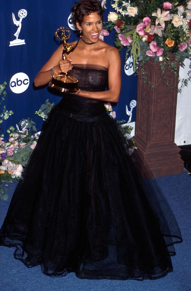 És íme, a végére még egy szobrocskát szorongató sztár: Halle Berry a Legjobb női főszereplő - televíziós minisorozat vagy tévéfilm kategóriában győzedelmeskedett a Fekete csillag alkotással.