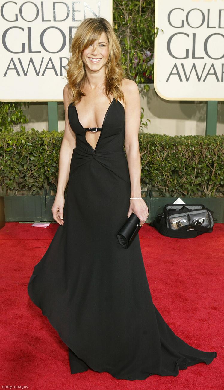 2004-ben, vagyis a Jóbarátok befejezésének évében megrendezett Golden Globe-on is a feketéhez ragaszkodott Aniston, ahol egyébként egy kategóriában sem jelölték