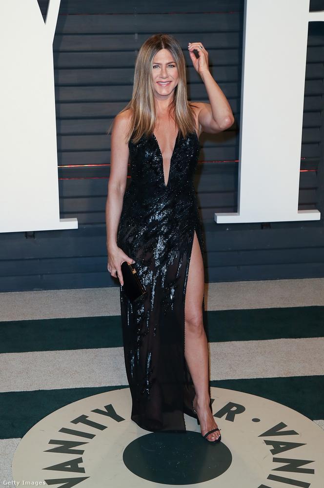 És akkor most jöjjön egy merészebb outfit: az alul és felül is dekoltált estélyit a Vanity Fair 3 évvel ezelőtti gáláján viselte.