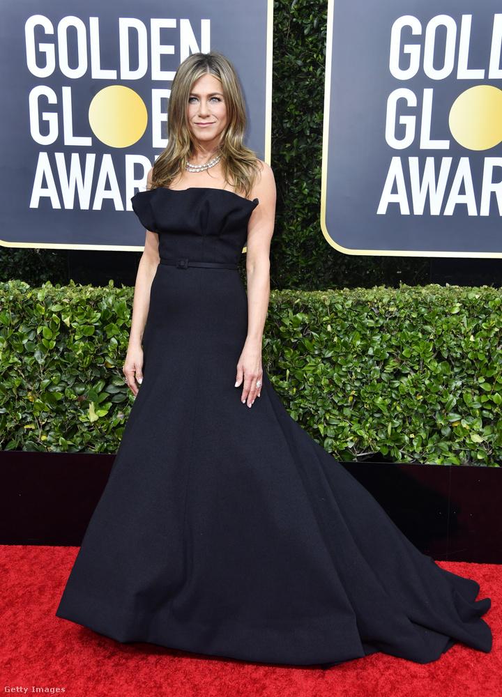 De az egyik legutolsó, megszokott körülmények között megtartott díjátadó gálára, a Golden Globe-ra is sötétben érkezett, és lehet, gyászos hangulattal is távozott, ugyanis hiába jelölték a legjobb női főszereplő kategóriában a Morning Show-ban nyújtott alakításáért, nem kapott díjat