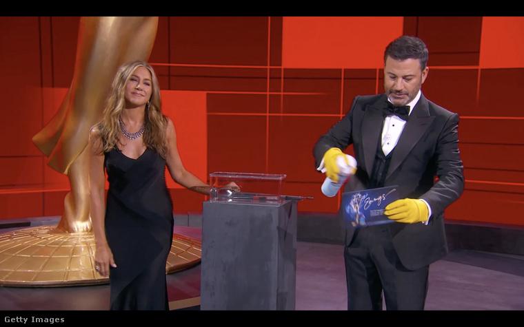 Kezdjük mindjárt a legutóbbi nyilvános megjelenésével, az Emmy díjátadón, ami egy kicsit rendhagyó volt, ugyanis egy üres stúdióban vették fel az eseményt, a jelöltek és díjazottak otthonukból követték nyomon az eseményeket