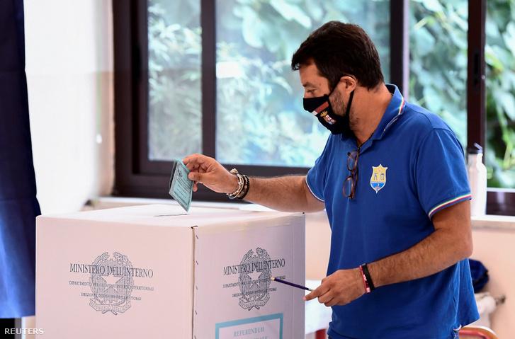 Matteo Salvini adja le szavazatát Milánóban 2020. szeptember 21-én