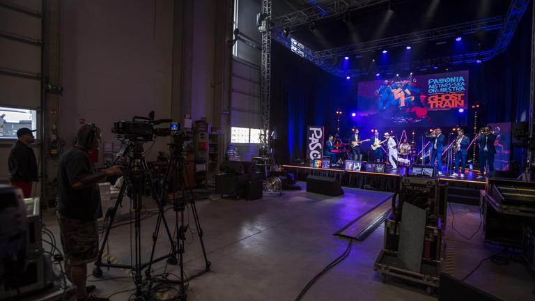 Raktárkoncertekkel vigasztalódnak a magyar zenekarok és rajongóik