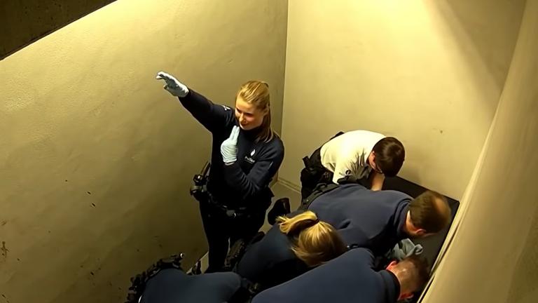 Női náci karlendítés és halálos rendőri erőszak a börtönben