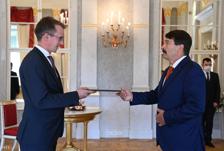Ágostházy Szabolcs Imre, az Innovációs és Technológiai Minisztérium (ITM) államtitkára (b) átveszi kinevezési okmányát Áder János köztársasági elnöktől a Sándor-palotában 2020. szeptember 21-én.