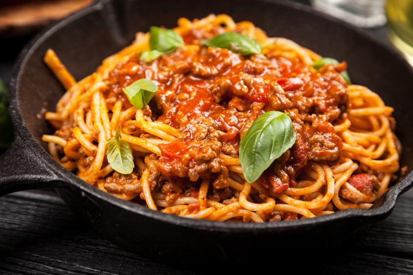 Az ínyenc bolognai spagetti egy igazi olasz klasszikus, amit gyerekek és felnőttek is szeretnek. Ne kész bolti szószt használj, készítsd el inkább saját magad! A paradicsomos, darált húsos ragut a zöldfűszerek teszik fejedelmivé.