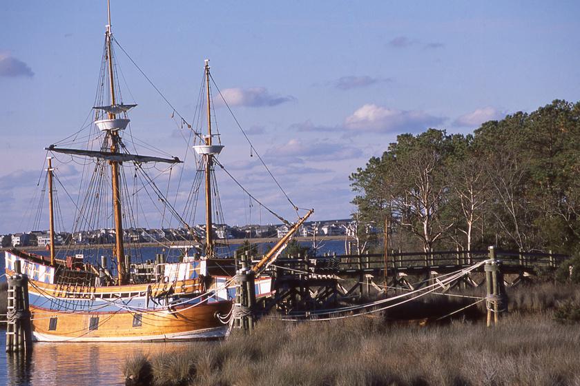 A kikötőben a három hajó egyikének (Susan Constant) másolata.
