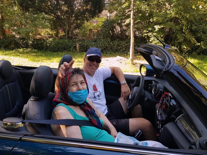 Anyukám először ül nyitott autóban