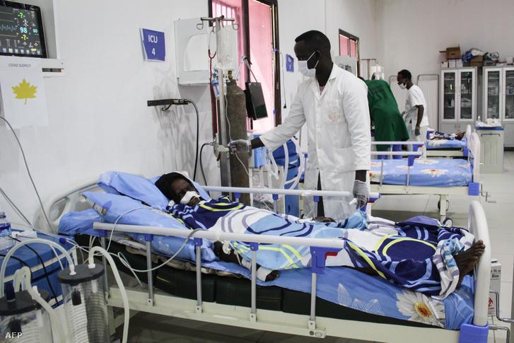 Koronavírussal fertőzött beteget lát el egy orvos a szomáliai Martini kórházban 2020. július 29-én