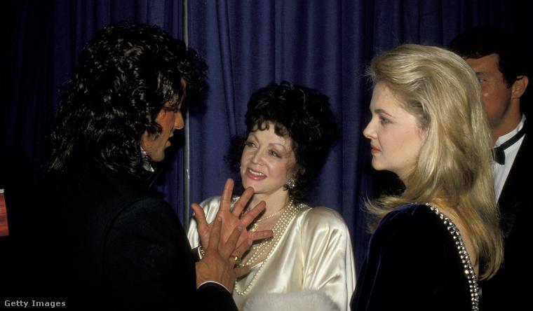Miután idősebbik fia híres lett, büszke édesanyaként számos rendezvényre elkísérte Sylvester Stallonet.