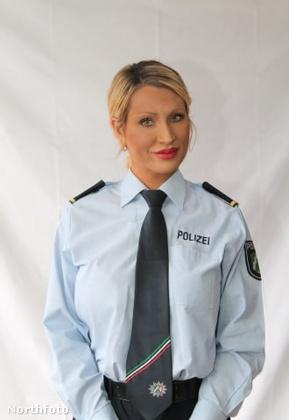 A fotónkon a 32 éves, német Sarah Kellert láthatja, aki 11 évig tartó rendőri karrierje alatt szép lassan, de biztosan lépkedett feljebb a ranglétrán
