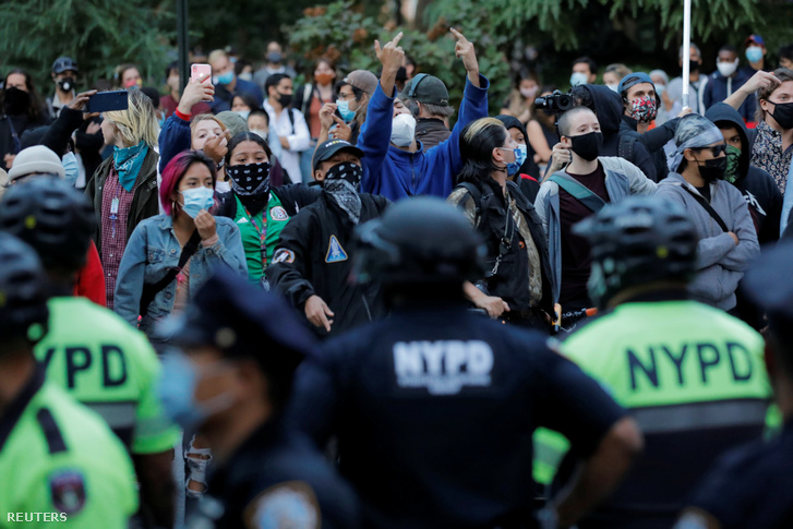 Tüntetők a New York-i rendőrkapitányságnál Manhattanben 2020. szeptember 18-án