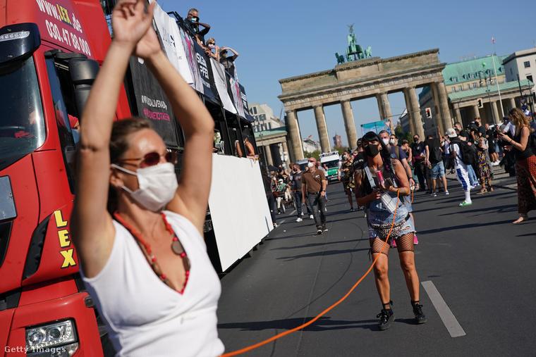 Kezd elege lenni a németeknek a koronavírus miatti korlátozásokból, amikre egy buli erejéig el is feledkeztek