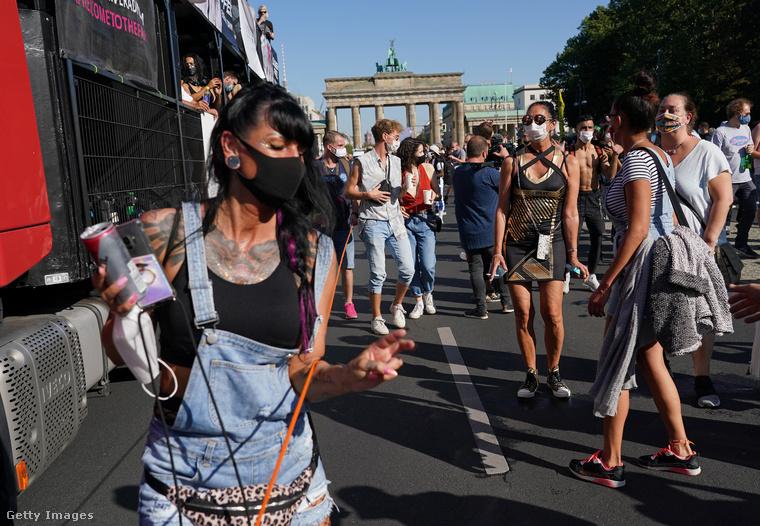 A párszáz résztvevő Berlin belvárosában haladt végig, például a Brandenburgi kapu előtti széles sugárúton