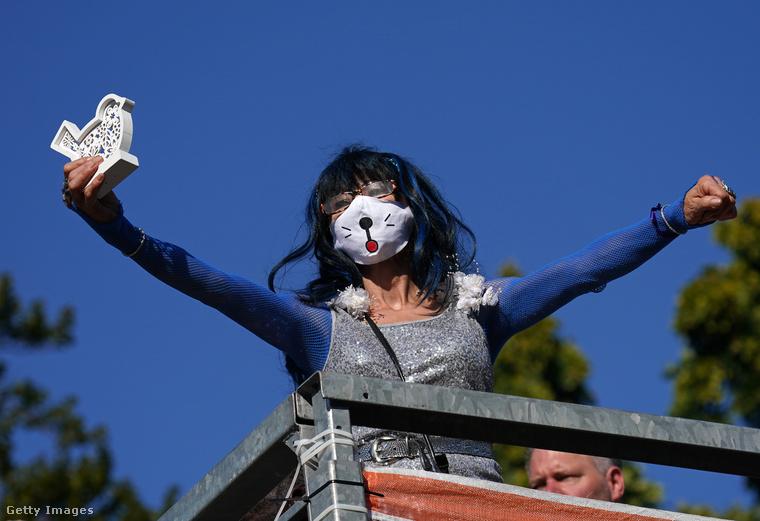 Ez a macskás maszk sem semmi! A fotón látható kék hajú fesztiválozó fiatal az egyik kamion tetejéről élvezte a bulit