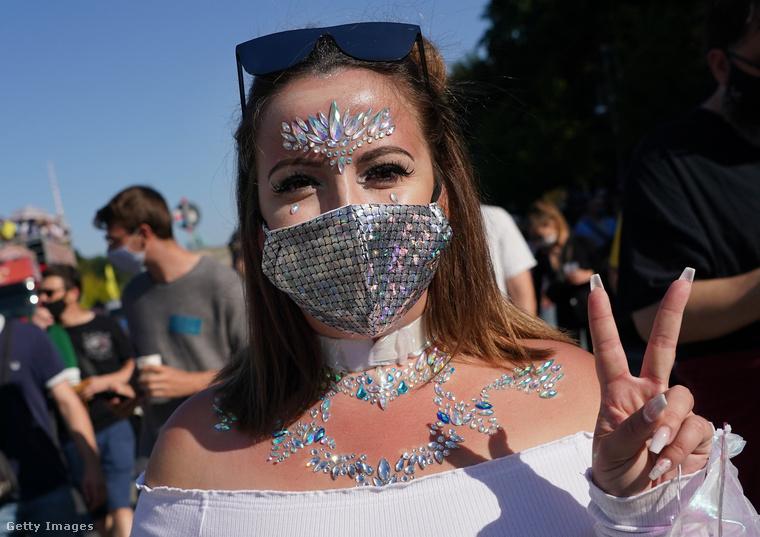 Persze, mindenki arcát kötelező jelleggel maszk takarta, amikből jónéhány feltűnő darabot is lehetett látni a fesztiválozókon