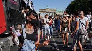 A berliniek kínjukban tartottak egy mini-Love Parade-et