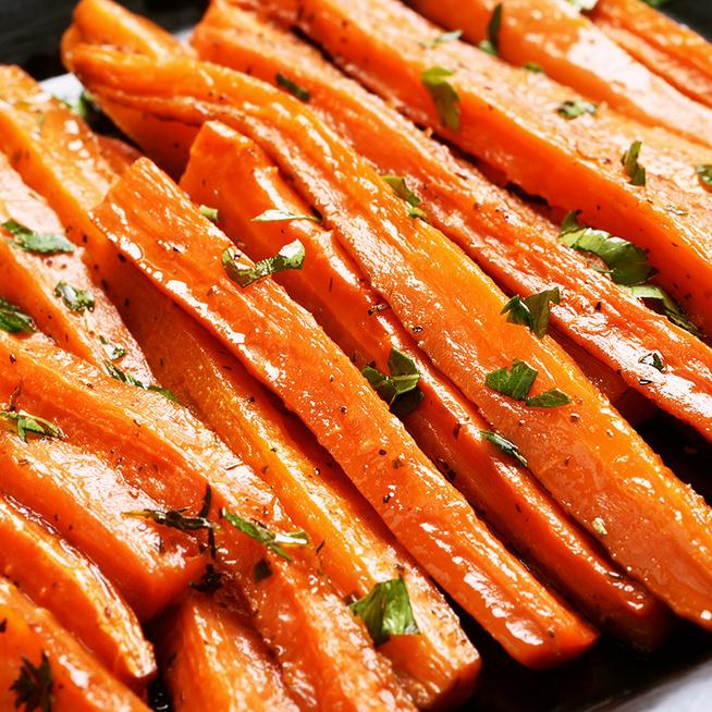 Tepsiben sült, fűszeres sárgarépa – Csak pár perc munka van az ízletes körettel