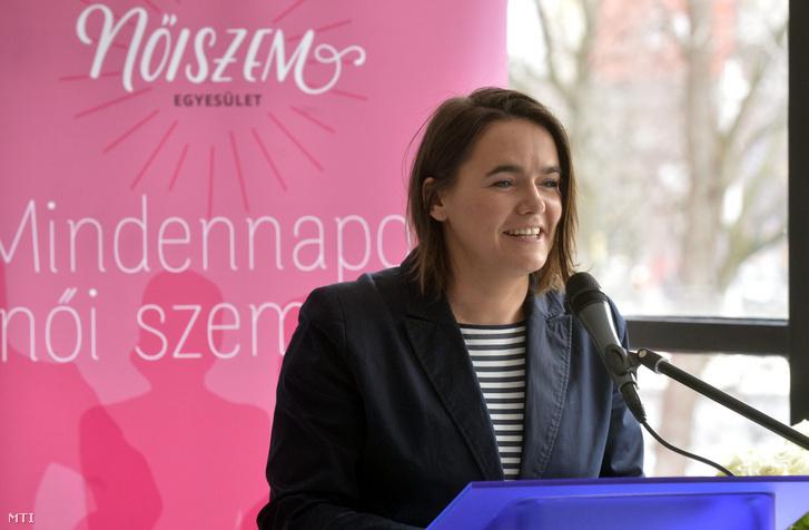 Novák Katalin, az Emberi Erőforrások Minisztériumának család- és ifjúságügyért felelős államtitkára beszédet mond a Fiatal Családosok Klubjának Egyesülete (Ficsak) és a Mindennapok Női Szemmel Egyesület (NőiSzem) által a nemzetközi nőnap alkalmából szervezett konferencián Budapesten a Design Terminálban 2016 március 8-án