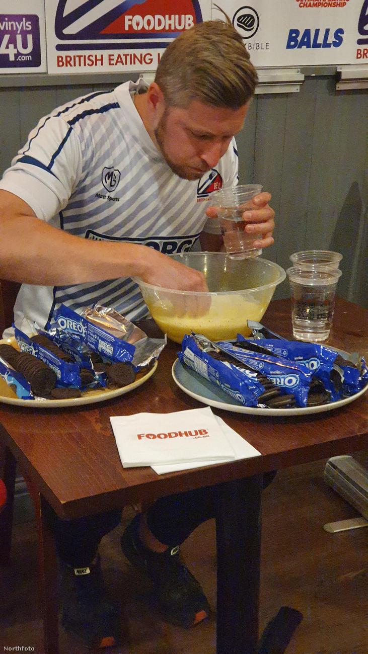 Hogy a versenyzők dolgát valamivel megkönnyítsék, vizet is adtak a kekszek mellé, meg tejet, amibe bele lehetett mártogatni az édességet