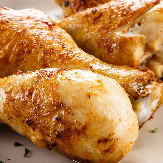 Illatos, szaftos csirkecombok a sütőből: a joghurttól elképesztően omlós lesz a hús